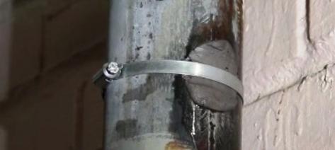 Устранение течи на стояке с помощью холодной сварки